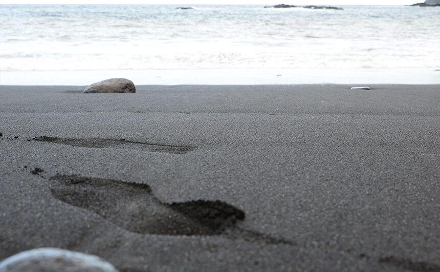 Spuren im Sand, rauschendes Meer einfach abschalten und Stress reduzieren